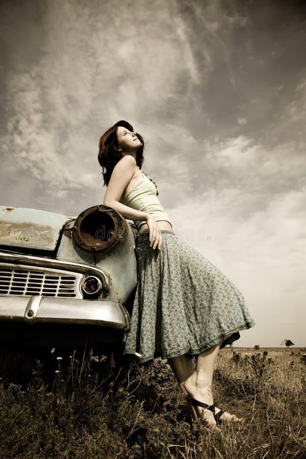 Menina perto do carro velho fotografia de stock