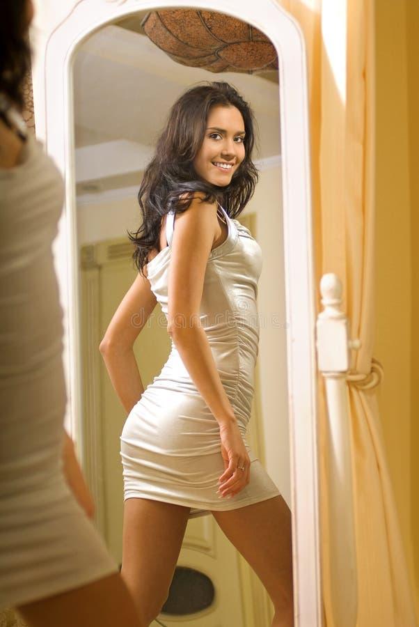 Menina perto do espelho b fotos de stock
