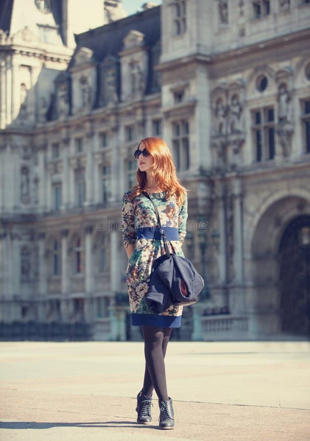 Menina perto do palácio imagem de stock