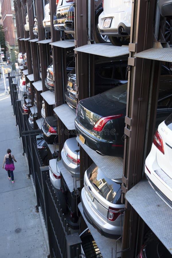 Menina perto do parque de estacionamento vertical em New York City visto de cima de foto de stock royalty free