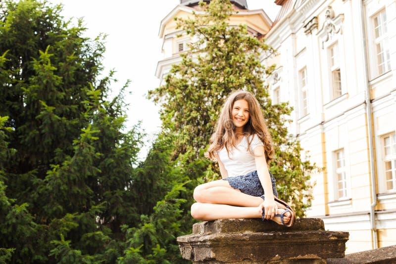 Menina perto do prédio da escola da altura imagem de stock