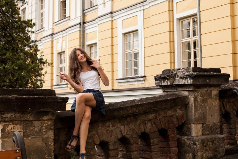 Menina perto do prédio da escola da altura fotos de stock