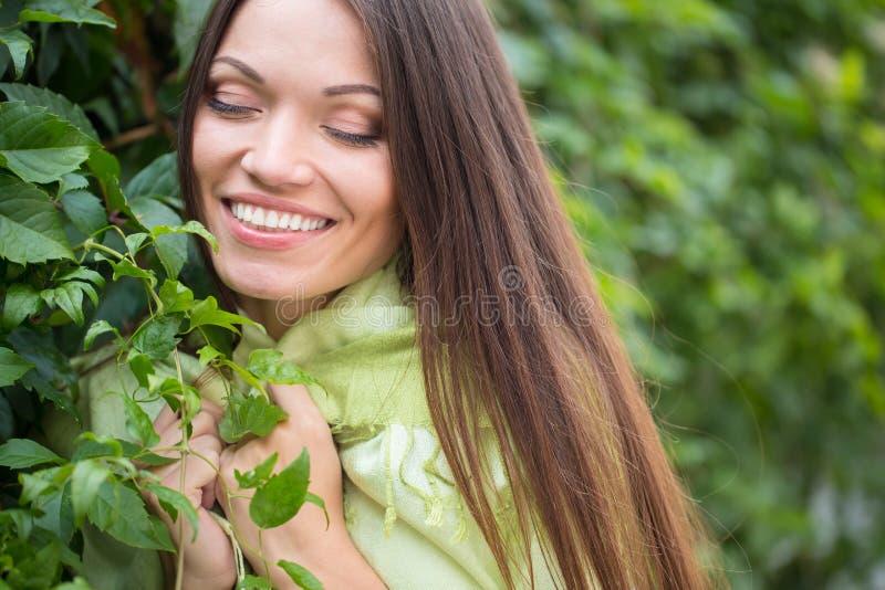 Menina perto do ramo verde imagens de stock