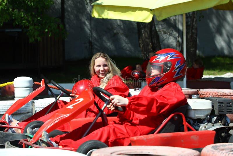 Menina-pilotos que falam após a raça foto de stock
