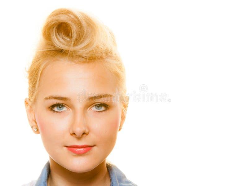 Menina Pin-acima loura com o bolo retro do cabelo isolado imagem de stock royalty free