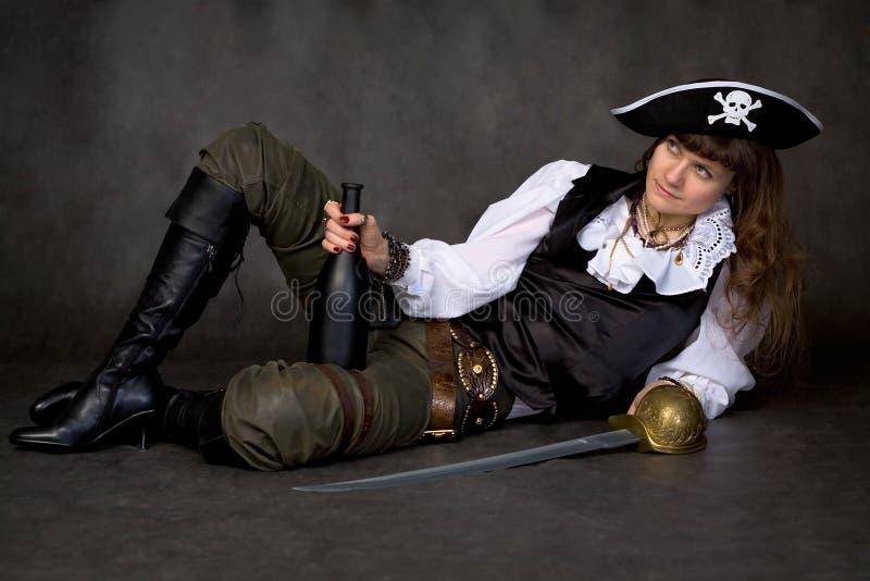 Menina - pirata com sabre e frasco fotografia de stock