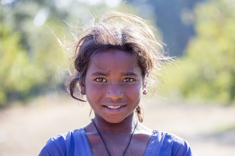 Menina pobre do retrato na rua na vila indiana Mandu, Índia foto de stock