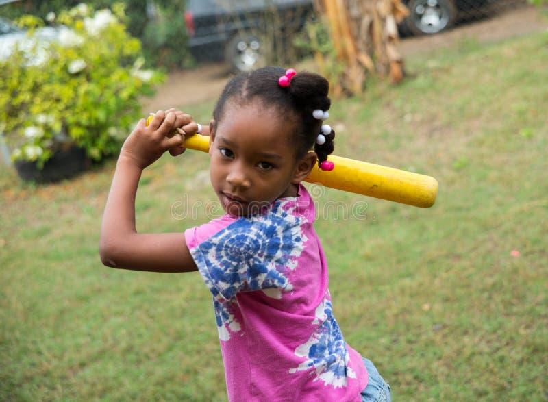 Menina poderosa na comunidade dos bateyes do los imagens de stock