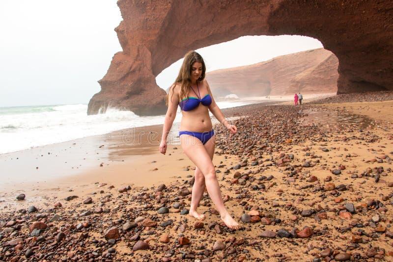 Menina, praia e mar no dia nebuloso fotos de stock royalty free