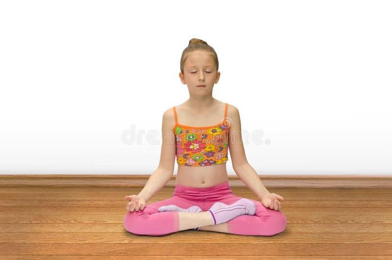 A menina pratica a ioga fotos de stock