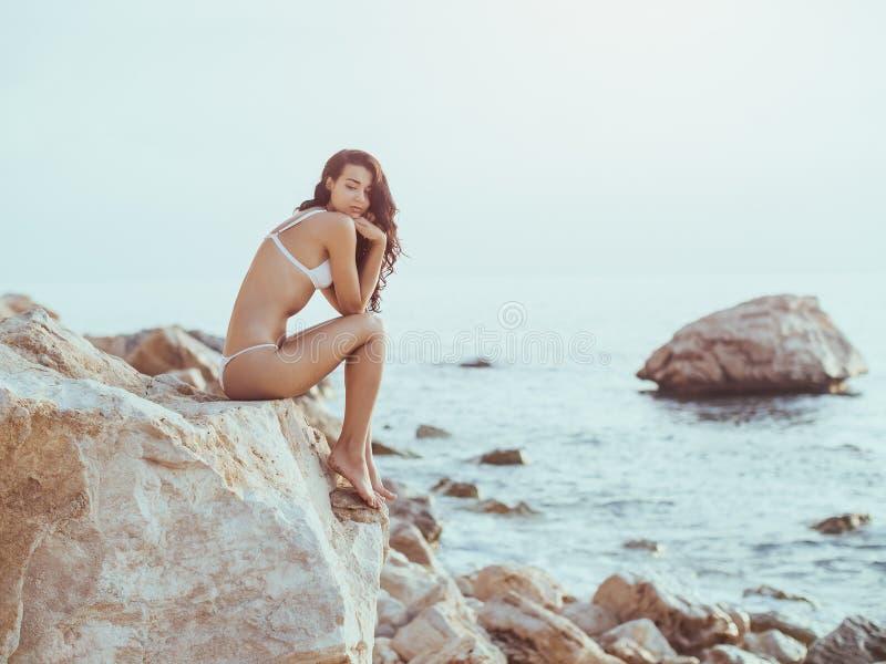 Menina preocupada na praia fotografia de stock