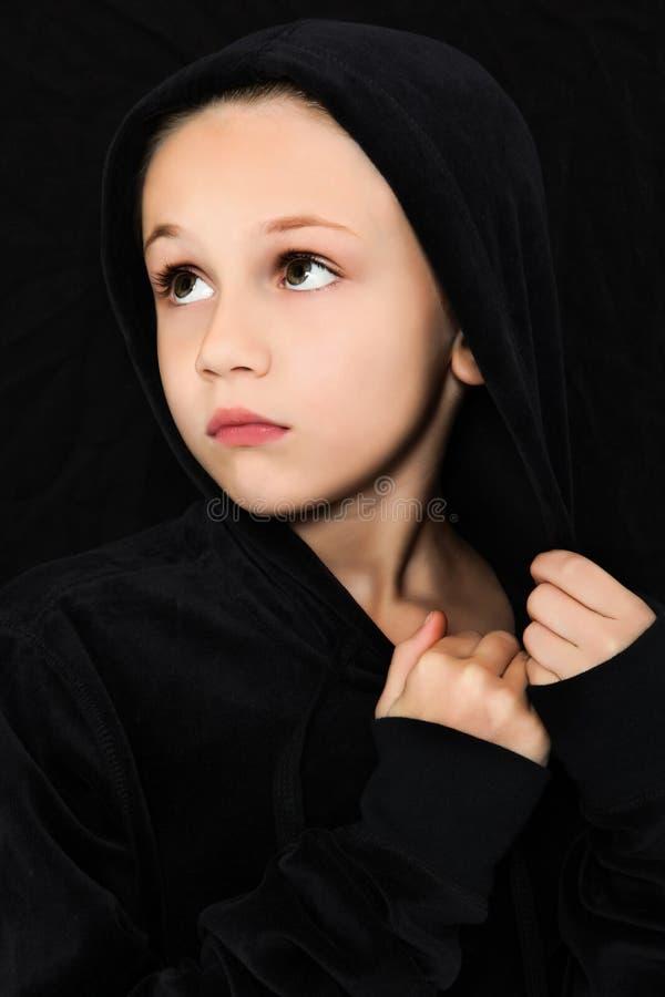 Menina preocupada no preto fotografia de stock