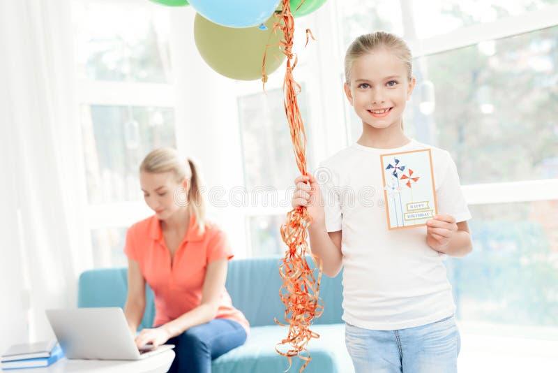 A menina preparou uma surpresa para sua mãe Presente preparado menina para a mamã Guarda balões imagens de stock