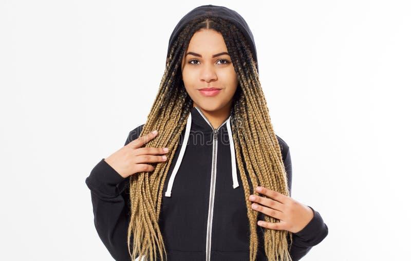 Menina preta adolescente do moderno que levanta sobre o branco Estilo dos ganhos da rua, tampão, cabelo curto natural, cara do mo imagem de stock royalty free