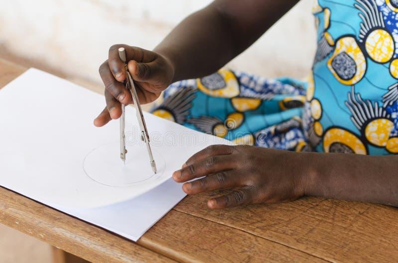 Menina preta africana bonita como um símbolo da ciência imagens de stock