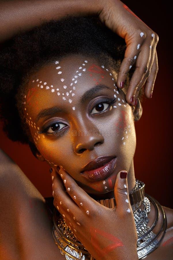 Menina preta bonita com coroa de cristal foto de stock royalty free