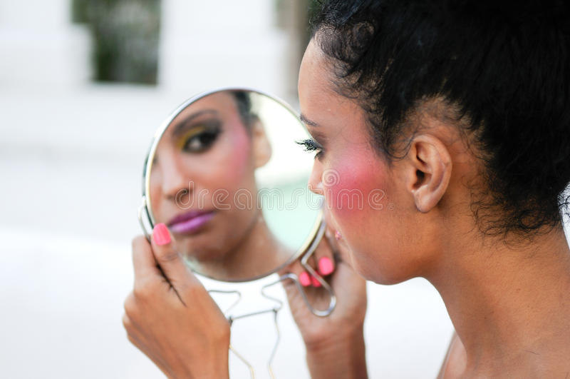 Menina preta bonita com espelho imagens de stock