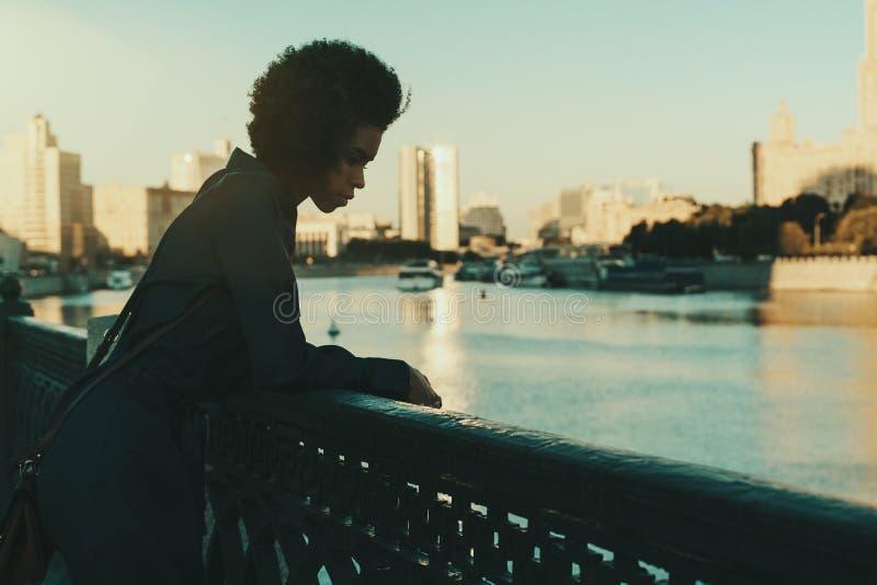 Menina preta em Moscou perto do rio fotografia de stock royalty free