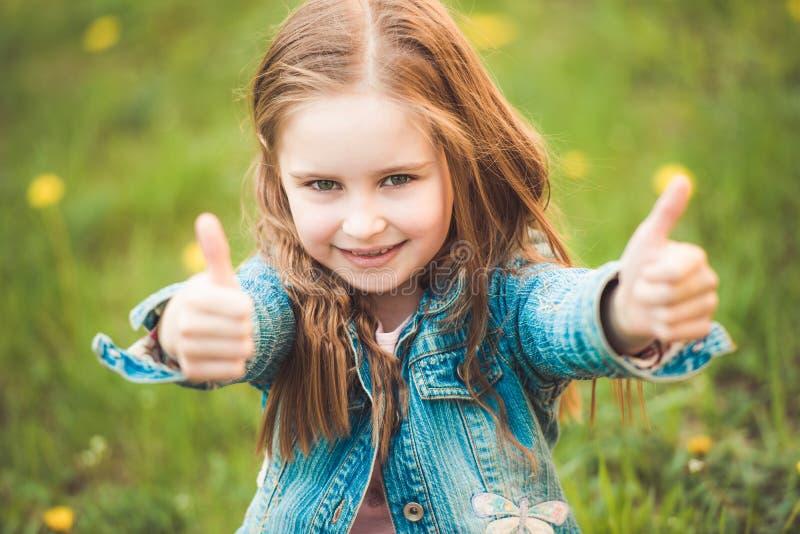 Menina preteen nova que gesticula sinais da mão fotos de stock royalty free