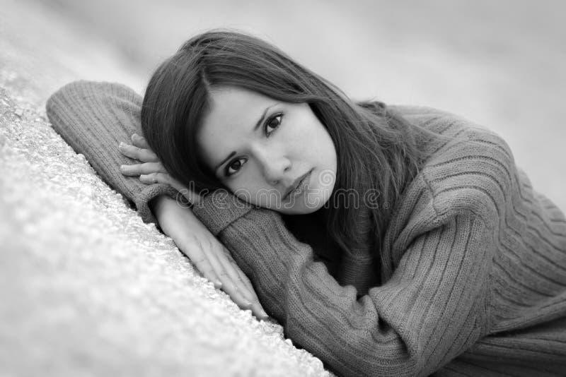 Menina preto e branco da foto foto de stock royalty free