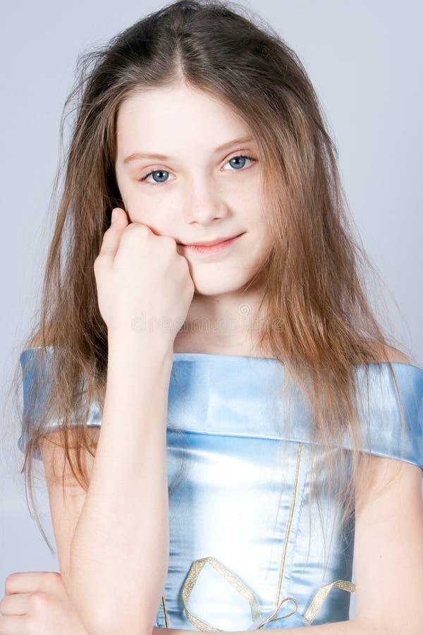 Menina a princesa em um vestido azul. fotografia de stock