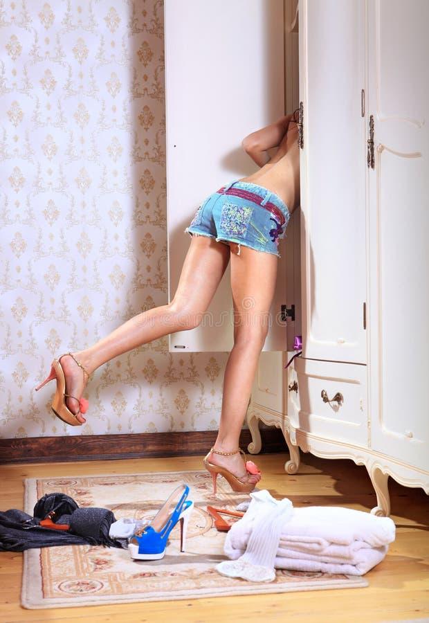 A menina procurara a coisa necessária foto de stock