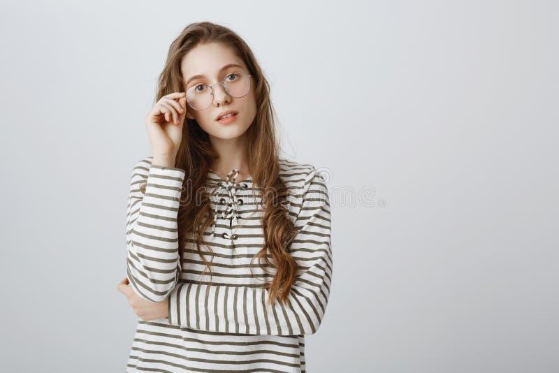Menina pronta para discutir o problema e resolvê-lo Retrato de mulheres europeias espertas criativas no ajuste à moda do eyewear fotos de stock royalty free