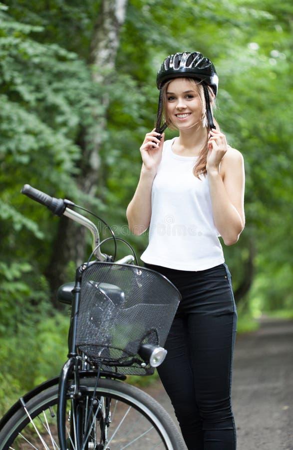 Menina pronta para a viagem da bicicleta foto de stock