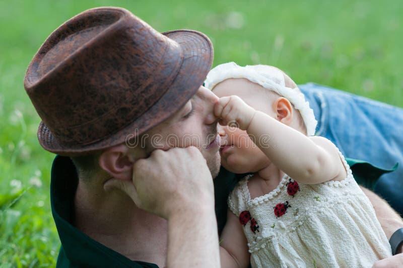 A menina puxa o nariz para o papa foto de stock