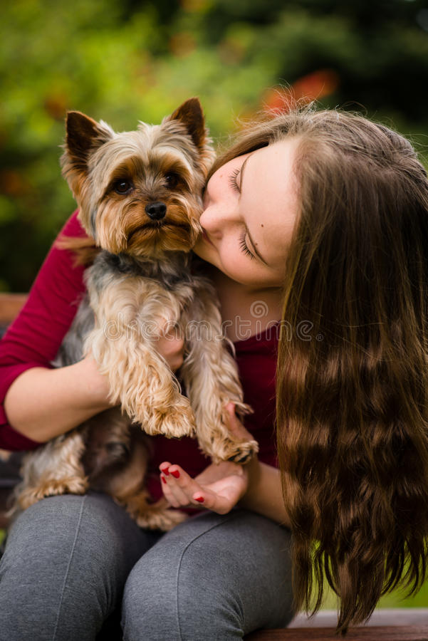 Menina que abraça com seu cão foto de stock
