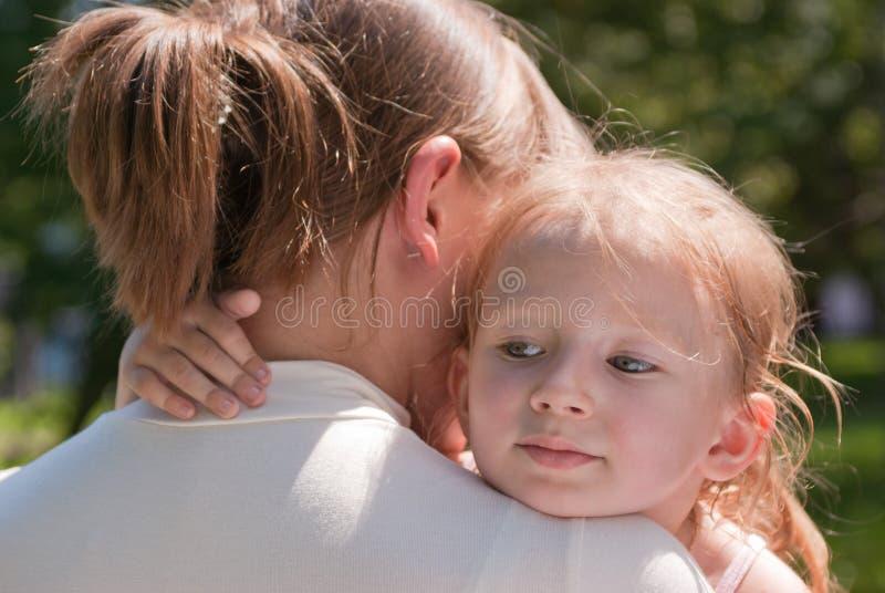 Menina que abraça a garganta da sua matriz fotografia de stock royalty free