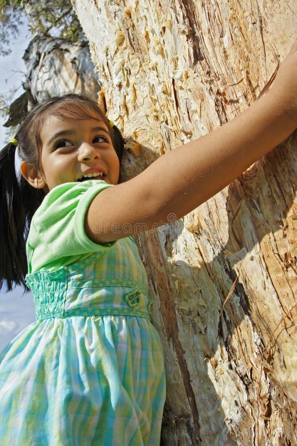 Menina que abraça uma árvore imagem de stock royalty free