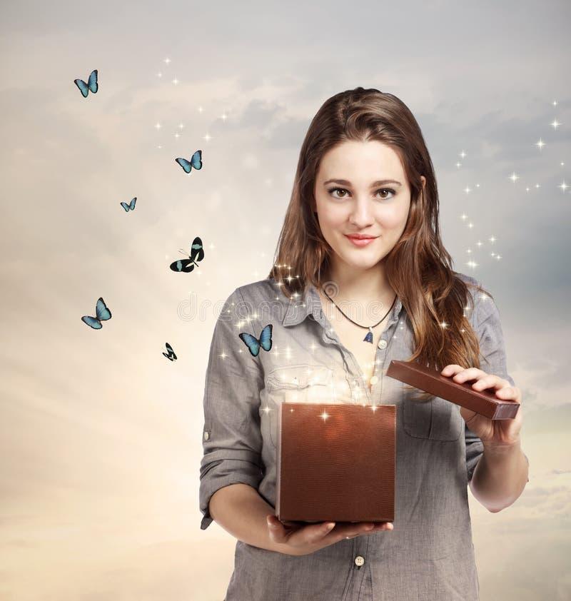 Menina que abre um presente mágico fotografia de stock royalty free