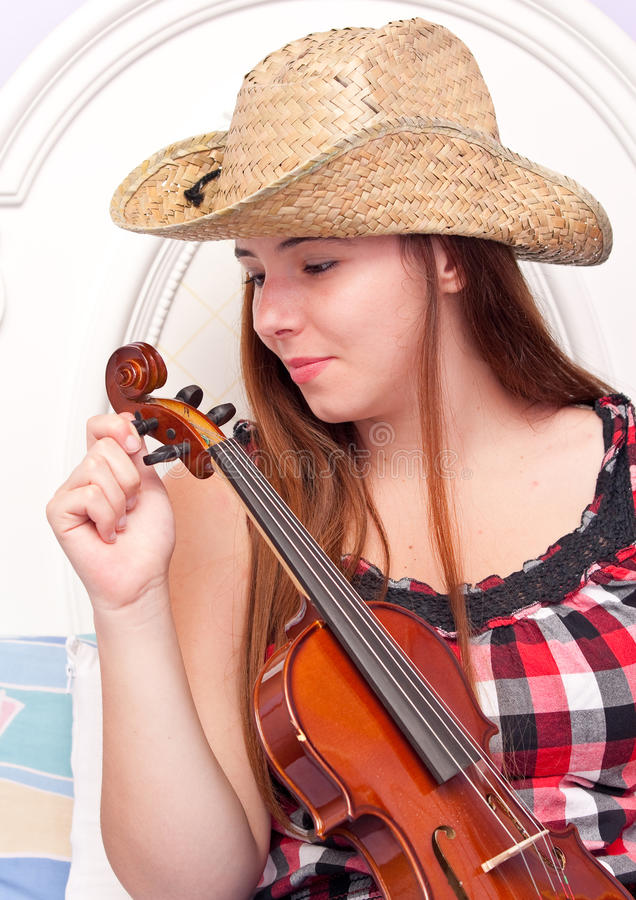 Menina que ajusta seu violino imagens de stock royalty free