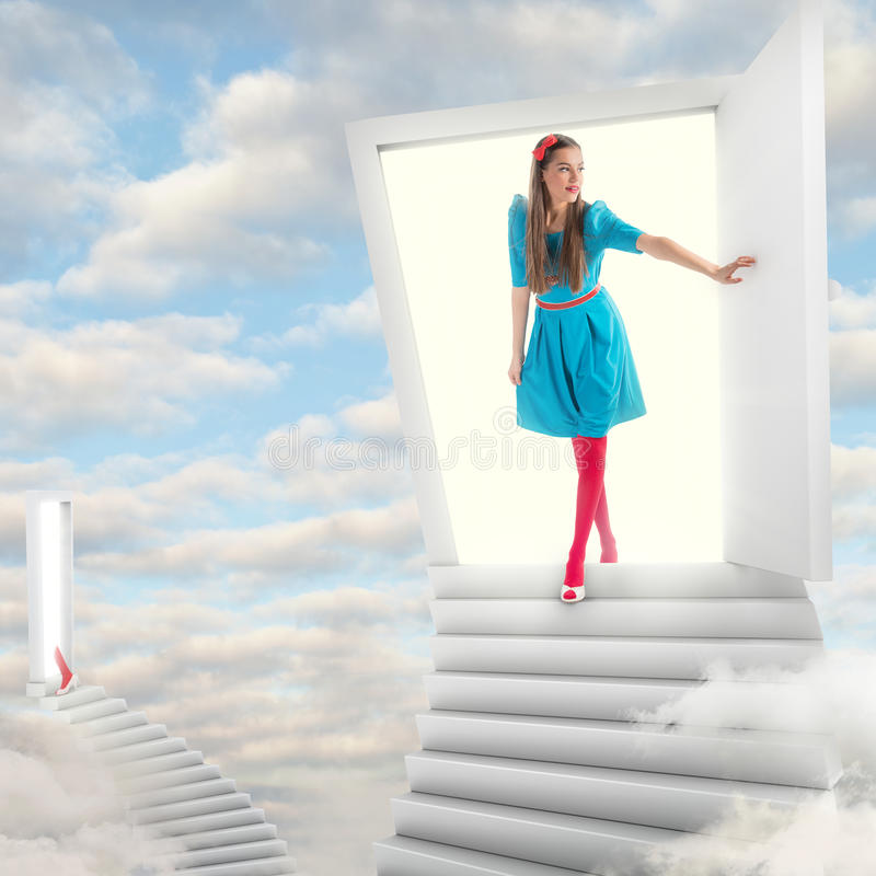 Menina que anda através de uma porta mágica imagens de stock
