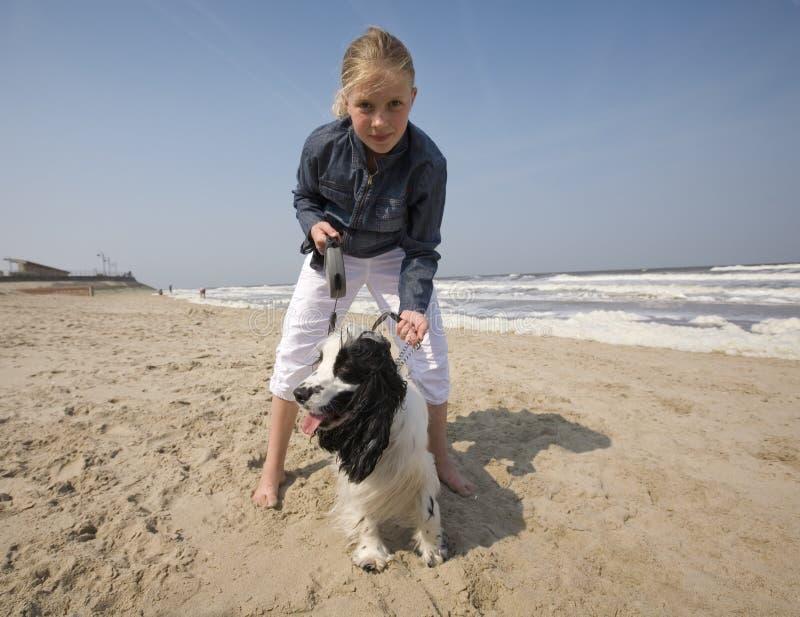 Menina que anda com seu cão fotografia de stock
