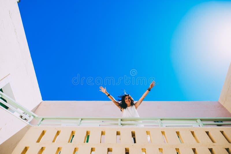 Menina que anda em escadas na sala de hotel imagens de stock