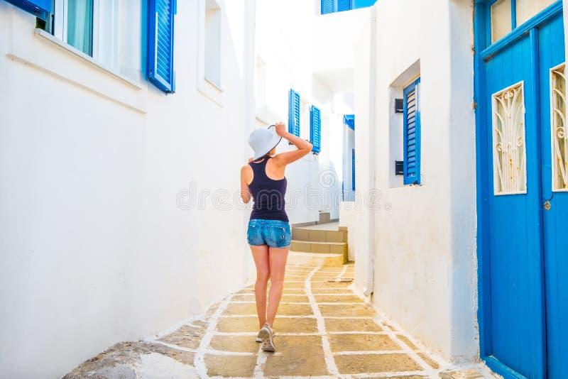 Menina que anda em uma rua grega imagens de stock royalty free