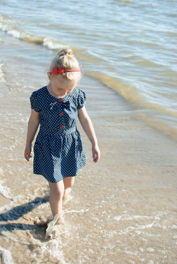 Menina que anda na água fotografia de stock