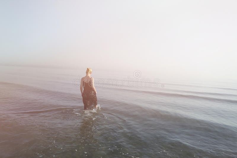 Menina que anda na água imagem de stock royalty free