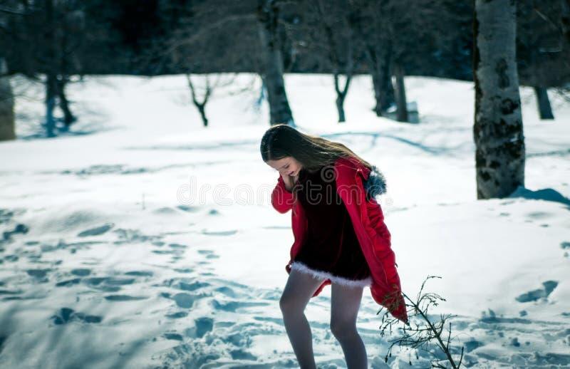 Menina que anda na neve fotografia de stock