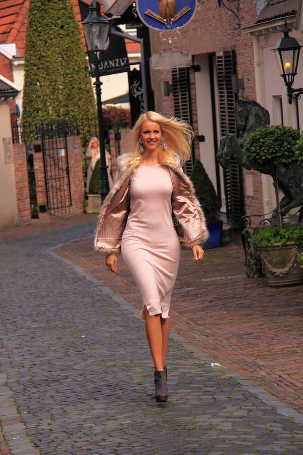 Menina que anda na rua fotografia de stock royalty free