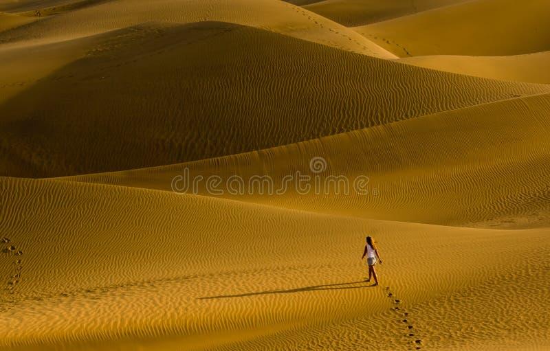 A menina que anda nas dunas de areia imagens de stock