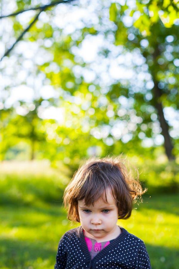 Menina que anda no jardim imagem de stock