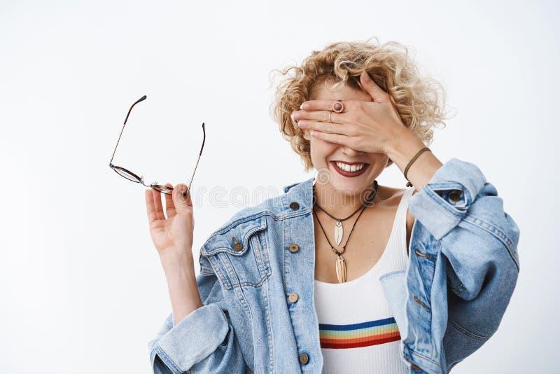 Menina que anticiapting a surpresa impressionante que espera que amigos preparados com os olhos fechados, sorrindo amplamente dec fotos de stock