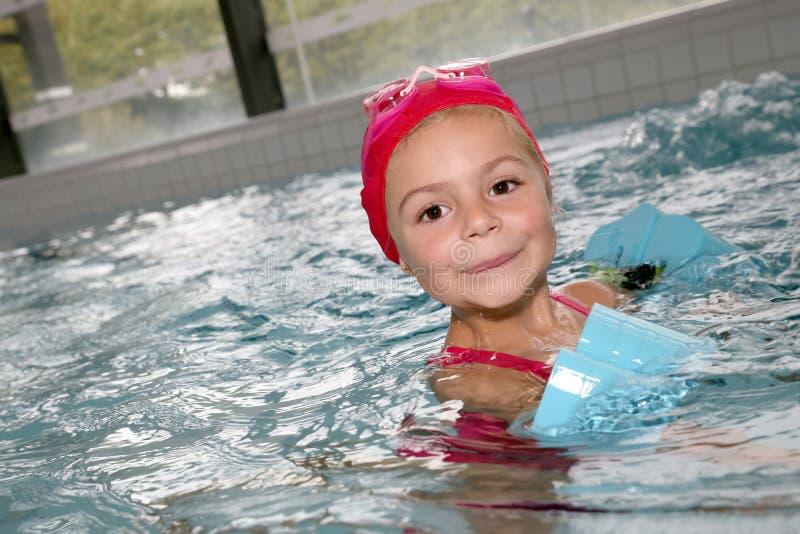 Menina que aprecia na piscina foto de stock