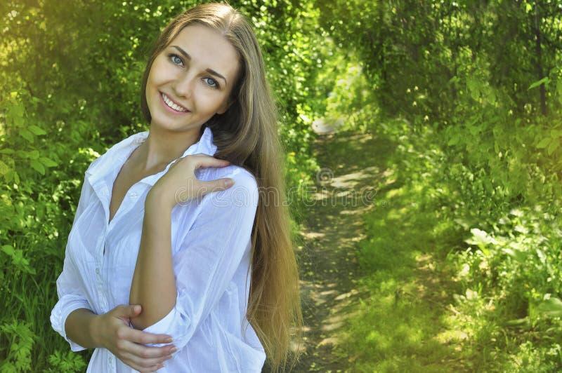 Menina que aprecia o verão fotografia de stock royalty free