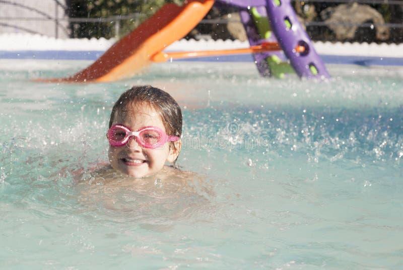 Menina que aprecia o verão na piscina imagens de stock