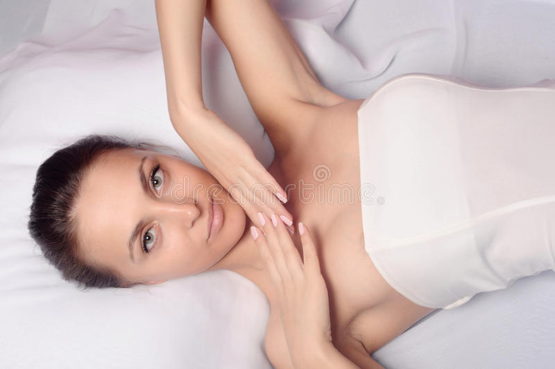 Menina que aprecia um tratamento saudável da pele imagens de stock