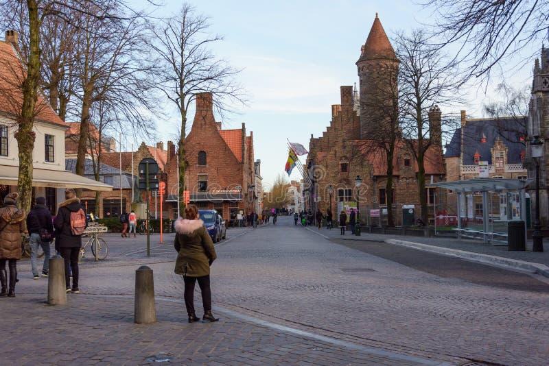 Menina que aprecia a vista na rua de Bruges, Bélgica 2017 fotografia de stock
